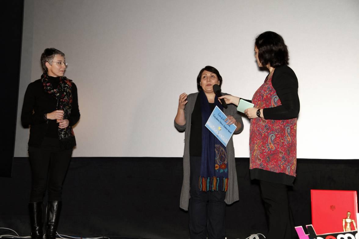 Sabine Sawczynski, Maryam Kashkoolinia (Gewinnerin des Sawczynski Audience Awards) und Erika Koriska, Preisverleihung